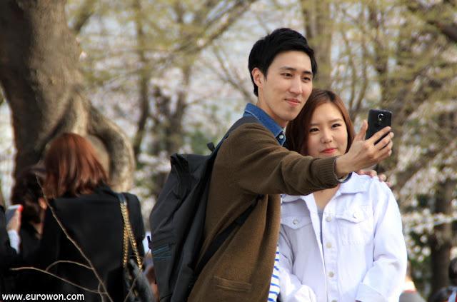 Pareja coreana tomándose una foto