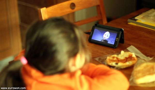 Sonia viendo Frozen en el móvil