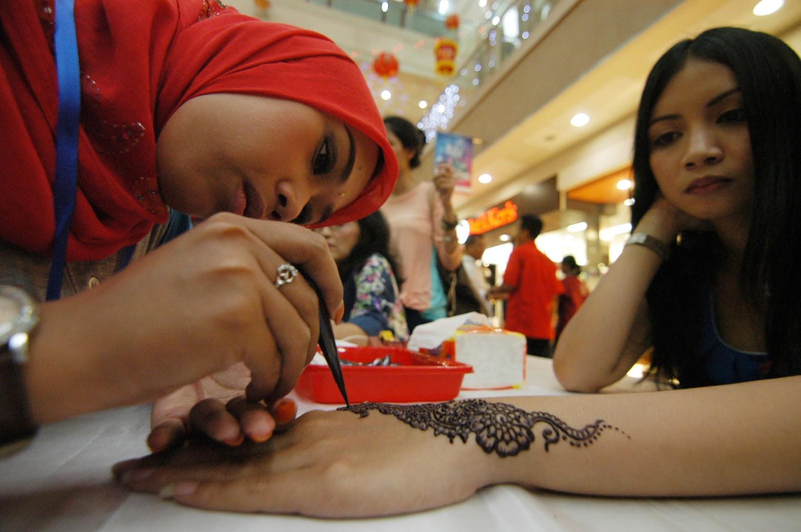 30 Seniman Henna Bukukan Rekor Muri Mentato 888 Pengunjung Mal
