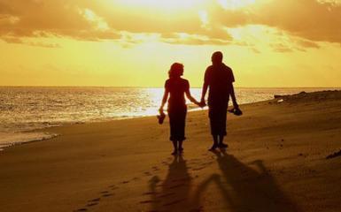 النضج الفكرى والعاطفى هو المسئول عن نجاح الزواج - رجل وامرأة يتمشيان على الشاطىء ساعة الغروب - man-and-woman-in-love  walking beach at sunset