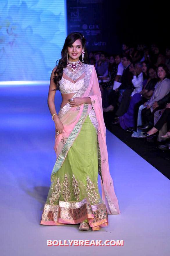 , Esha Gupta Hot Ramp Walk Photos In Saree At Iijw 2012