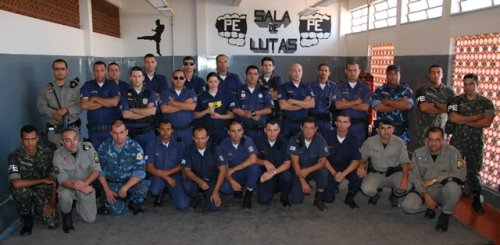 Participantes do treinamento com a teaser no exército de Cristalina