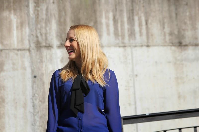 outfit_transparencia_azul-mocasines_ante_zara-bolso_rojo-jeans_basicos