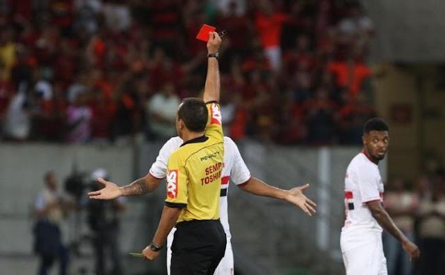 """""""Vou te expulsei!"""" Em jogo marcado por """"maré vermelha"""", São Paulo perde em Recife."""