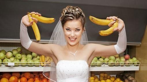 اخسري وزنك الزائد خلال أسبوع واحد قبل الزفاف  - امرأة تمسك تحمل موز عروسة عروس