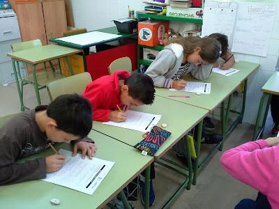 La imagen muestra a los alumnos contestando de forma previa a las preguntas que harán al director de la ONCE de Motril