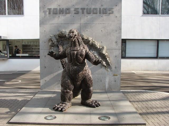 estatua de Godzilla en Toho Studios