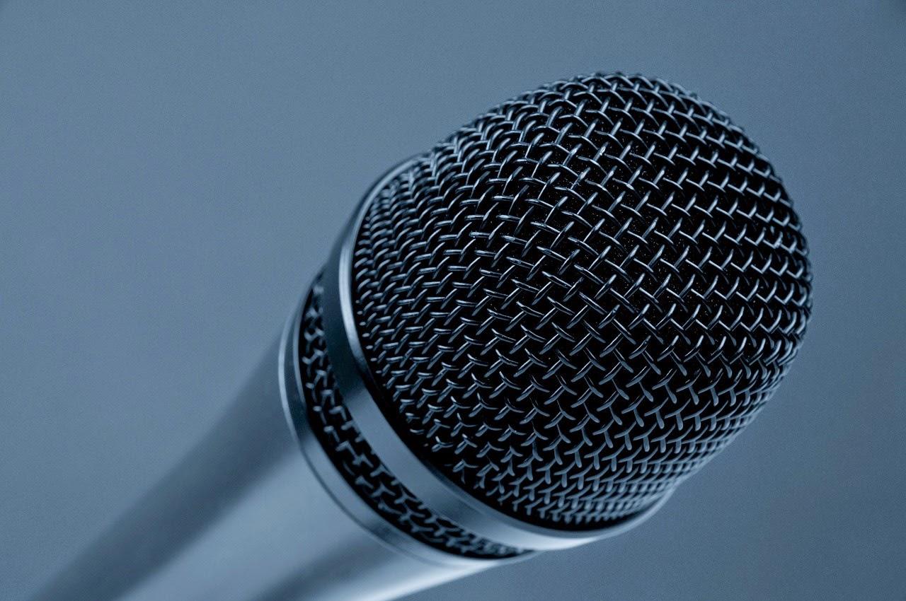 Tentar cantar como se fosse o vocalista da música