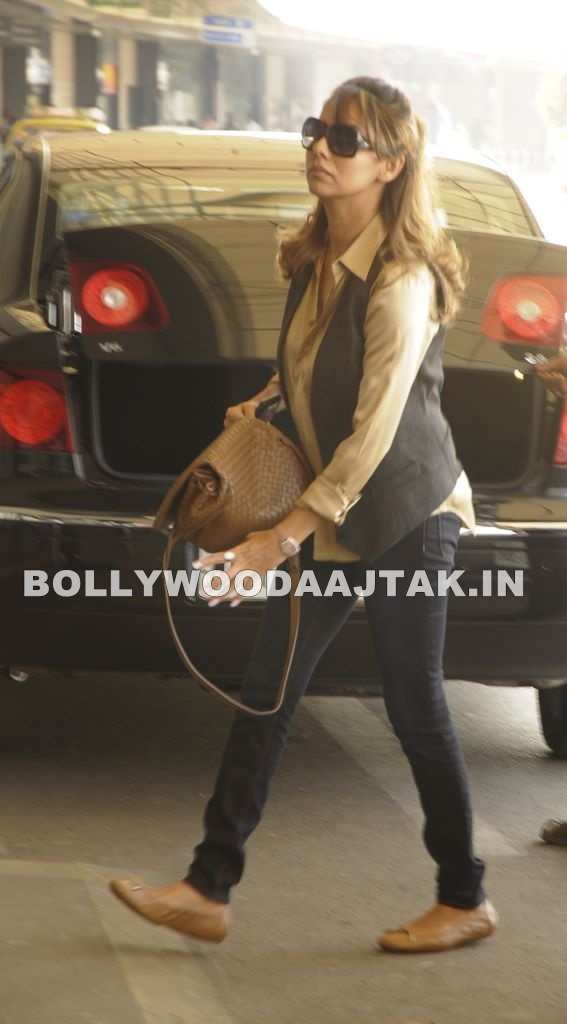 Gauri Khan1 - Gauri Khan leaves for Dubai with kids aryan and suhana Snapped