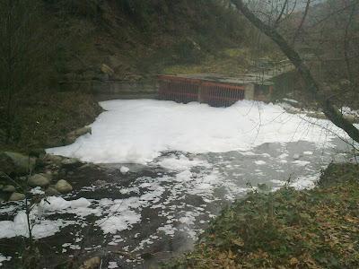 Espuma Blanca  en el rio cuerpo de hombre