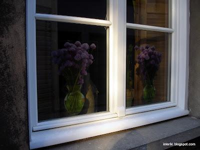 Наклеенные букеты на окна