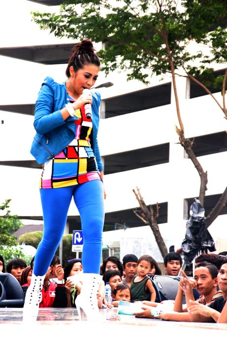 Foto manggung Fitri Carlina Hot Blue