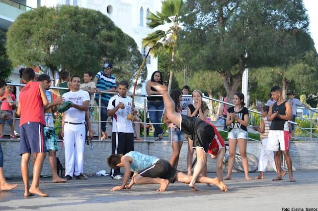 Esporte e Lazer na Praça: Grupo de jovens praticando capoeira no último domingo 02/08/2015
