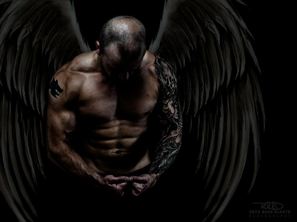 modele homme musclé avec ailes d'ange noir