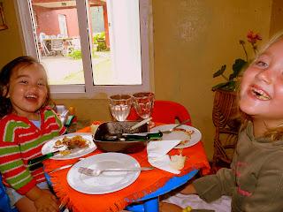 María con su prima Lola. © No sólo comen y duermen
