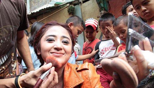 Berita Foto Ciuman Dewi Perssik dan Bule