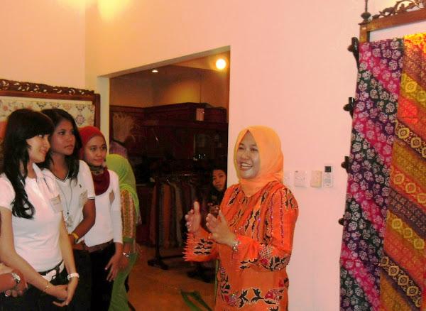 The activity of Miss Indonesia Indonesia 2011 Candidates form Riau, hear explanation about the origin of Indonesian attire, Batik Tabir Riau