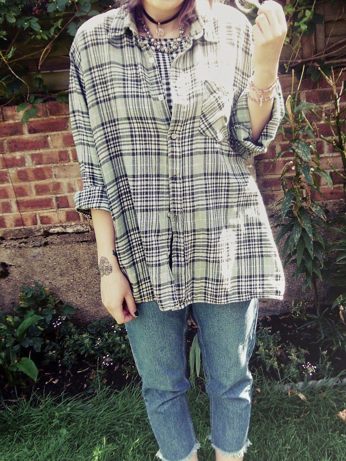 90's, 90's fashion, 90's style, 90's grunge, spaghetti top, mom jeans, platform shoes, platform boots, flatform shoes, flatform boots, plaid shirt, oversized shirt, oversized plaid shirt