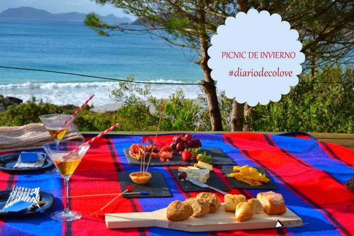 Pic-nic romántico en la playa. Un mantel bonito, fruta, pan