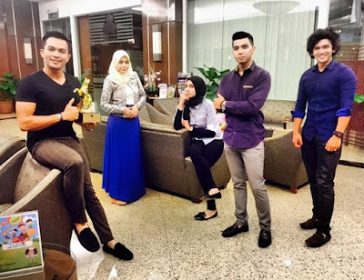 Amar Baharin (Tajul Razin), Izreen Azminda (Indah Halina), Syarul Ridzwan (Tengku Zaril), dan Mia Ahmad (Yuhanis)