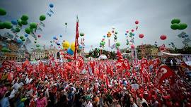 100 mil pessoas marcham pelas ruas de Roma