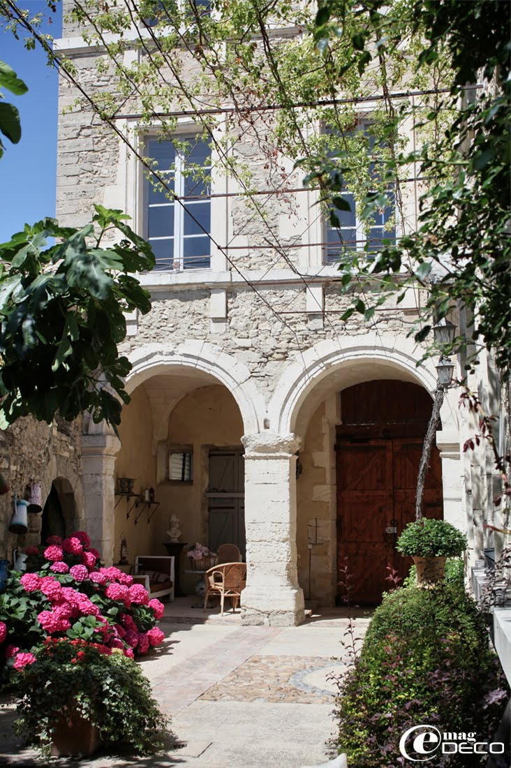 Le Posterlon, guest house in Caumont-sur-Durance in Vaucluse, a feature of the magazine of decoration e-magDECO