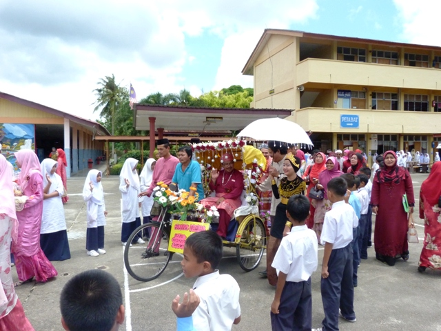 Guru Besar Sedang Melambaikan Tangan Tanda Perpisahan Dari Atas Beca