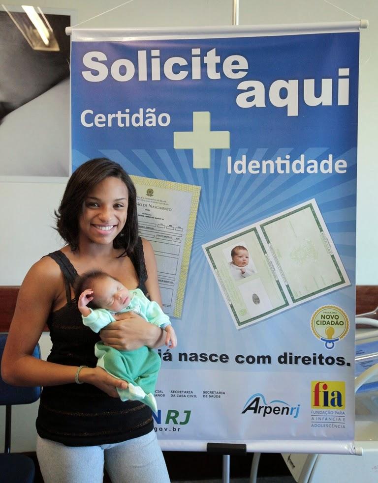 A estudante Nathaly de Azevedo, de 15 anos, deu à luz seu primeiro filho e já tem a documentação