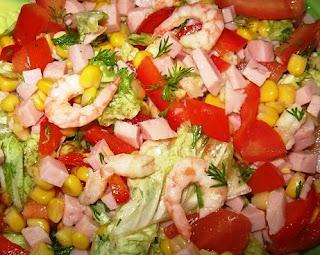 Салат с овощами,ветчиной и креветками