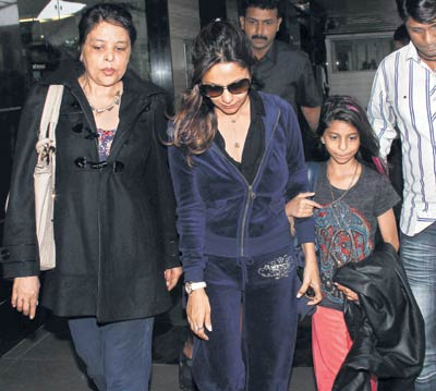 Khan Elder Sister Shehnaz Lala Rukh ( Left ) with Shah Rukh Khan Wife