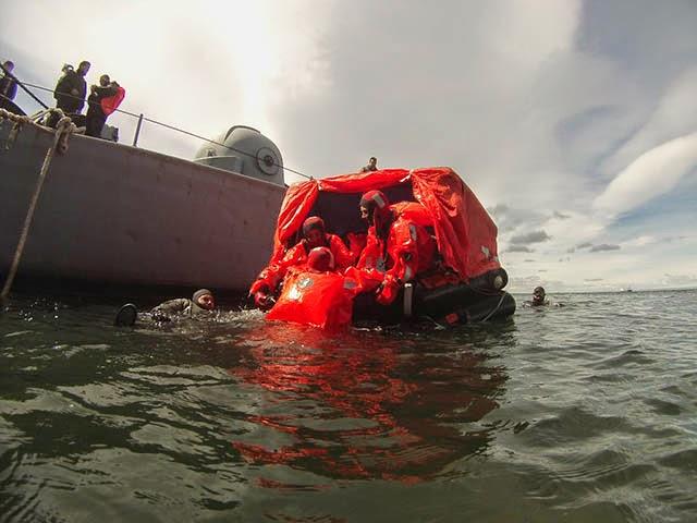 http://www.armada.cl/armada/noticias-navales/aviadores-navales-efectuan-entrenamiento-de-supervivencia-en-el-estrecho-de-magallanes/2014-11-26/083015.html