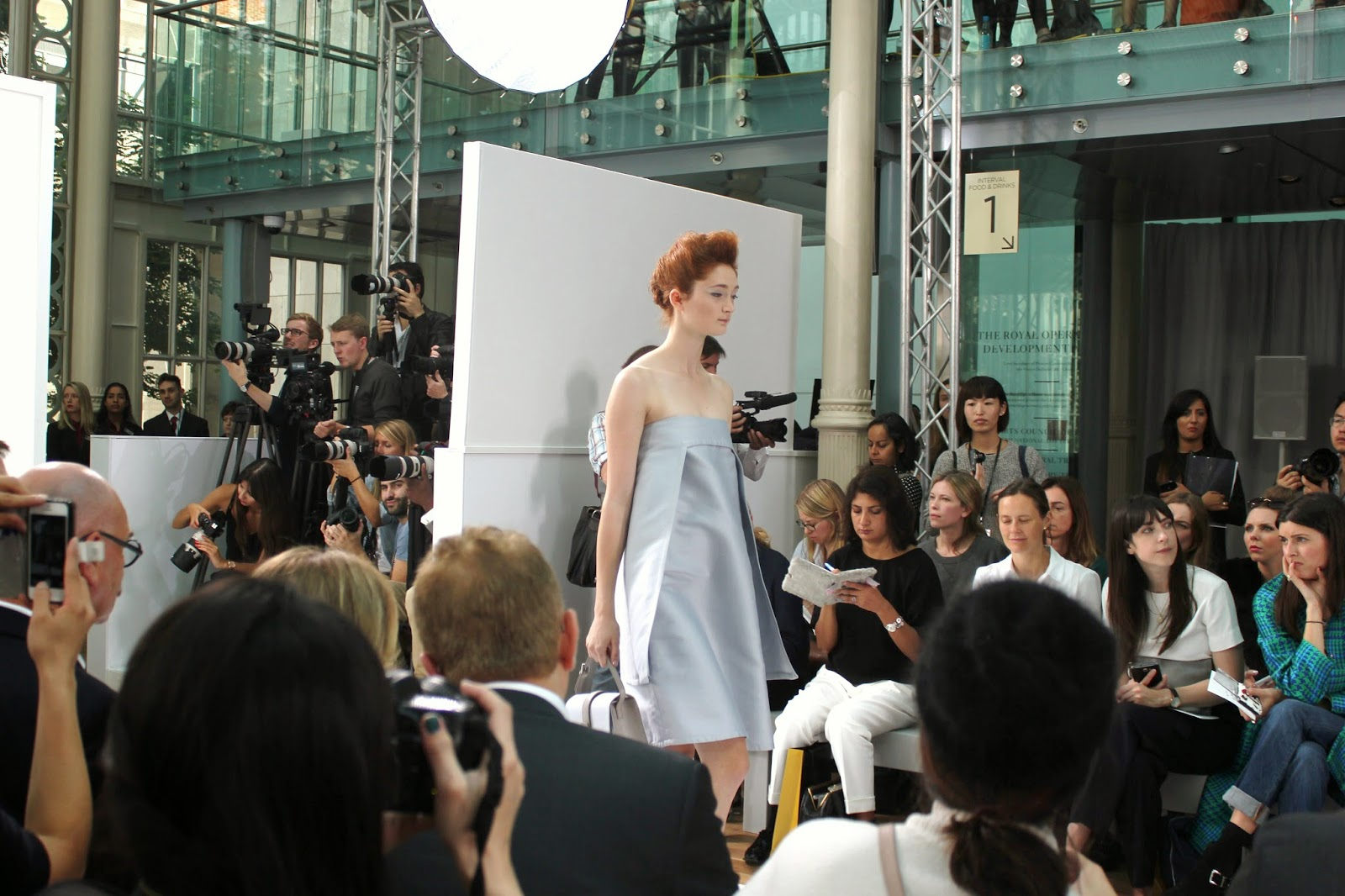 london-fashion-week-2014-lfw-DAKS-show-catwalk-spring-summer-2015-models-clothes-fashion-frow-royal-opera-house-dress