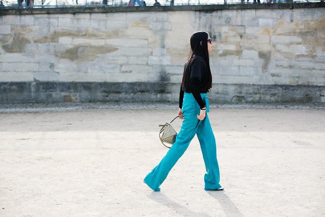 Para ir a lo oficina ¿qué me pongo? Jersey negro pantalones azul eléctrico