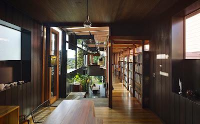 Rumah Teduh Dengan Material Kayu Dan Tanaman Hijau 7