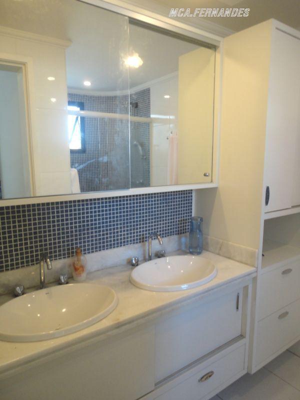Banheiros bem planejados, com espelhos nas portas  Marcenaria A Fernandes -> Banheiros Bem Planejados