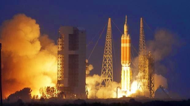 """Η διαστημική κάψουλα """"Orion"""" απογειώθηκε την Παρασκευή με τη βοήθεια ενός πύραυλου τύπου Delta IV από το κοσμοδρόμιο του Κέιπ Κανάβεραλ στη Φλόριντα."""
