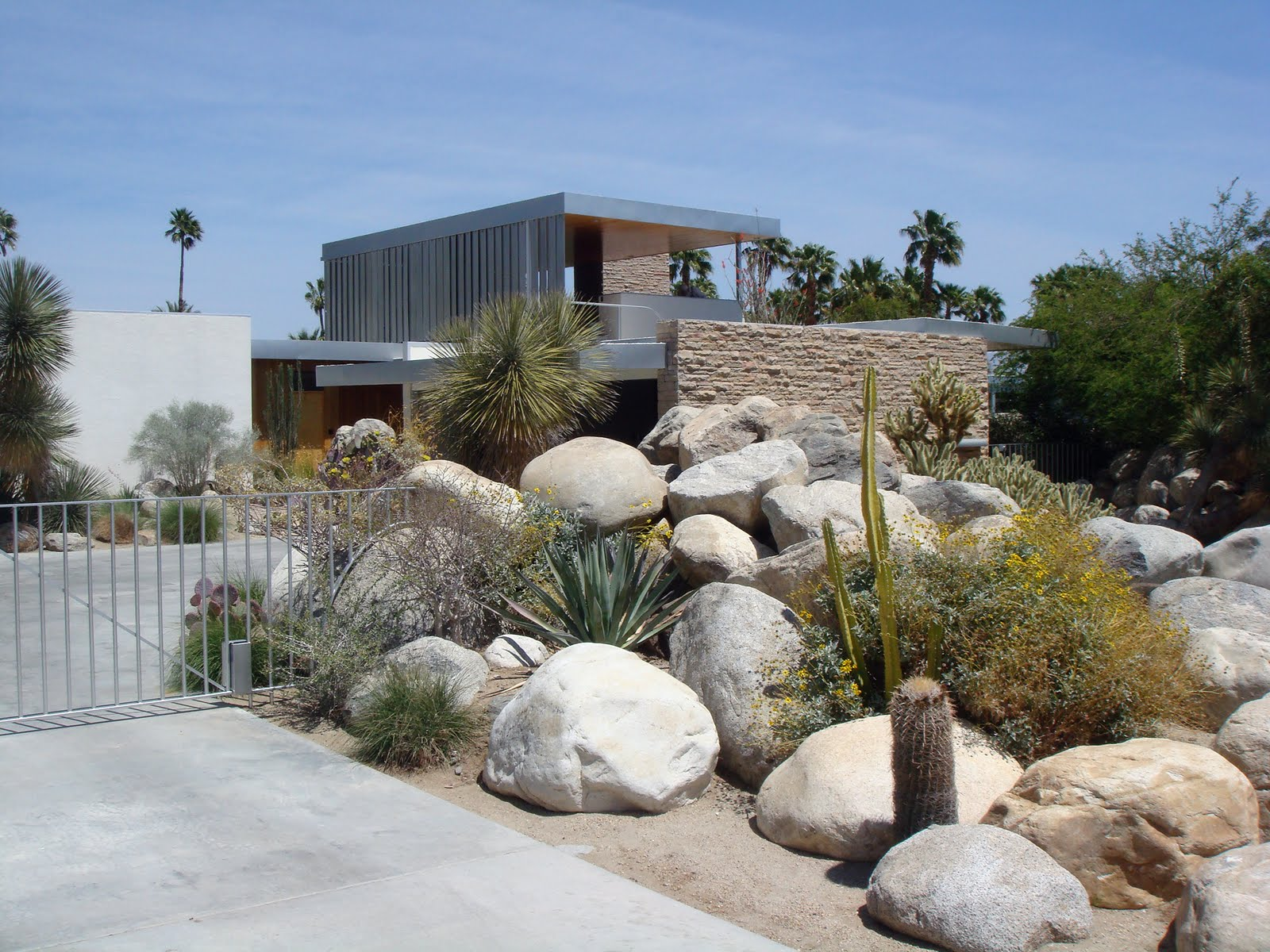 Richard neutra kaufmann desert house in palm springs for Desert landscape design
