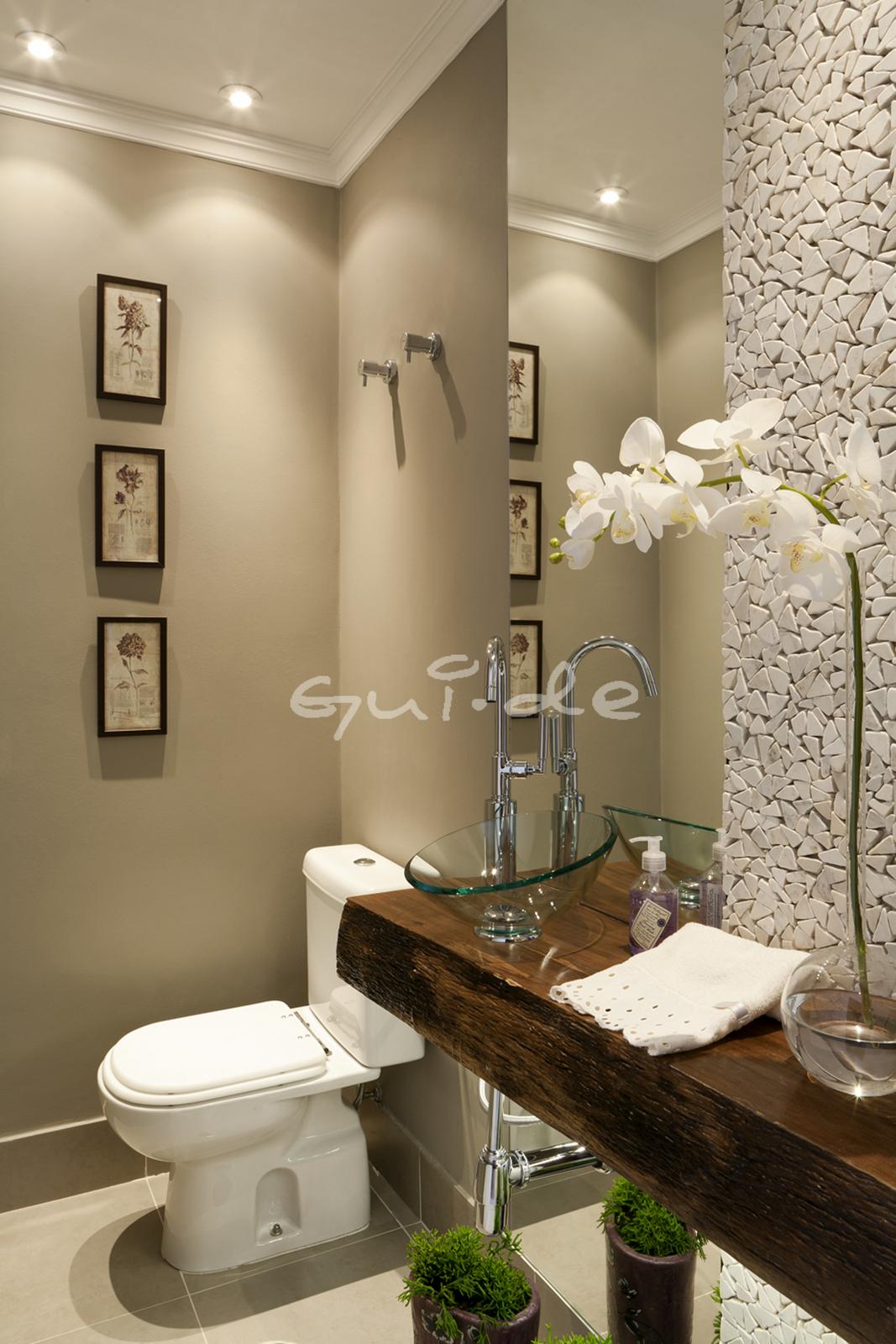 lavabo é ampliado com um espelho que vai do teto ao chão #4B5D15 1067x1600 Banheiro Azulejo Ate O Teto