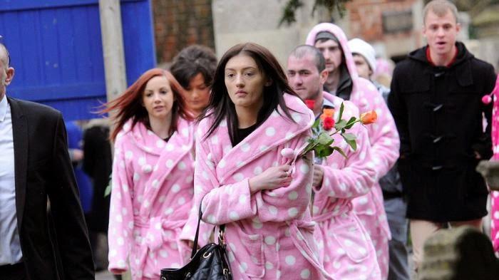 Hadiri Pemakaman Anaknya, Ibu Ini Minta Seluruh Tamunya Pakai Warna Pink