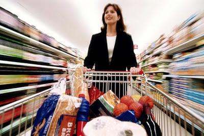 покупательница с корзиной покупок в супермаркете