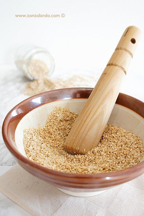 Gomasio ricetta con semi di sesamo con suribachi e surikogi preparazione insaporitore alimenti giapponese