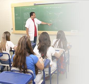 Menina dando na sala de aula
