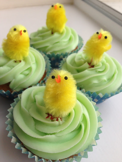 green piped icing, pastel cupcakes