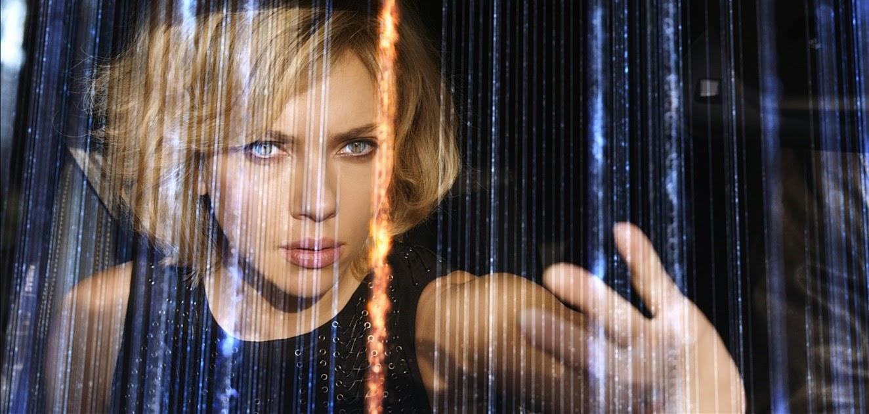 Scarlett Johansson entra em ação no comercial estendido da ficção LUCY, de Luc Besson