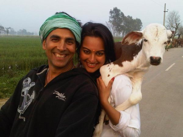 Akshay Kumar With Sonakshi Sinha - Akshay Kumar With Sonakshi Sinha On Their Upcoming Movie Joker Sets