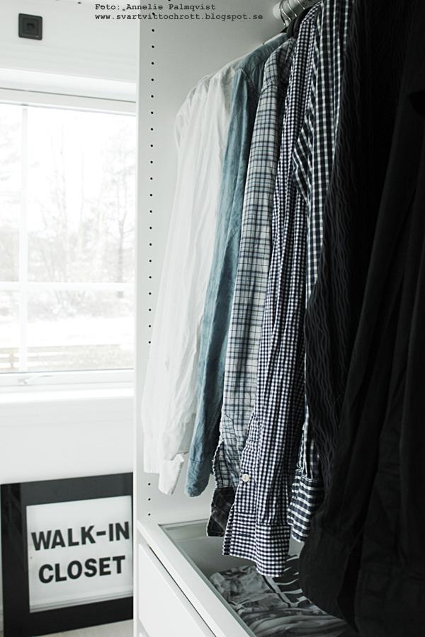 walk in closet, inredning, eiffeltorn i inredningen, eiffeltornet dekoration, detaljer, detalj, kläder, chanel, vitt, IKEA, Pax, öppen garderob, garderober, klädkammare, galgar, klädhängare, skor, svart vitt och rött, rött. black and white, svartvitt, svart och vitt, svartvita, svarta hängare, tips, inspiration, bestå,