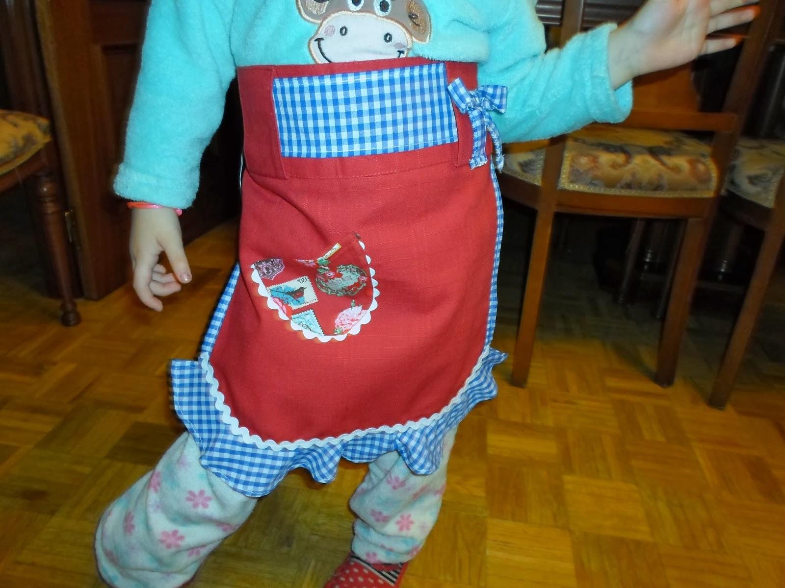 mandil de niña con volante de vichy blanco y azul. Detalle bolso