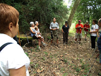 La Núria explicant llegendes a la Font de Bussanya