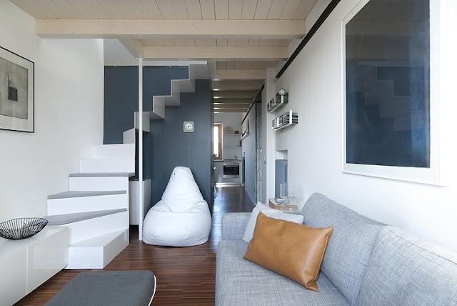 Skandinavisches Design für Einrichten und Wohnen auf kleinstem Raum: Wohnzimmer mit Blick über Bad in die Küche