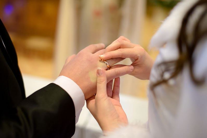 tradiciniai auksiniai jaunavedžių žiedai